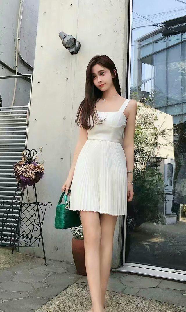 街拍:图1纯白吊带裙美女,气质恬淡文静,宛如小仙女下凡!
