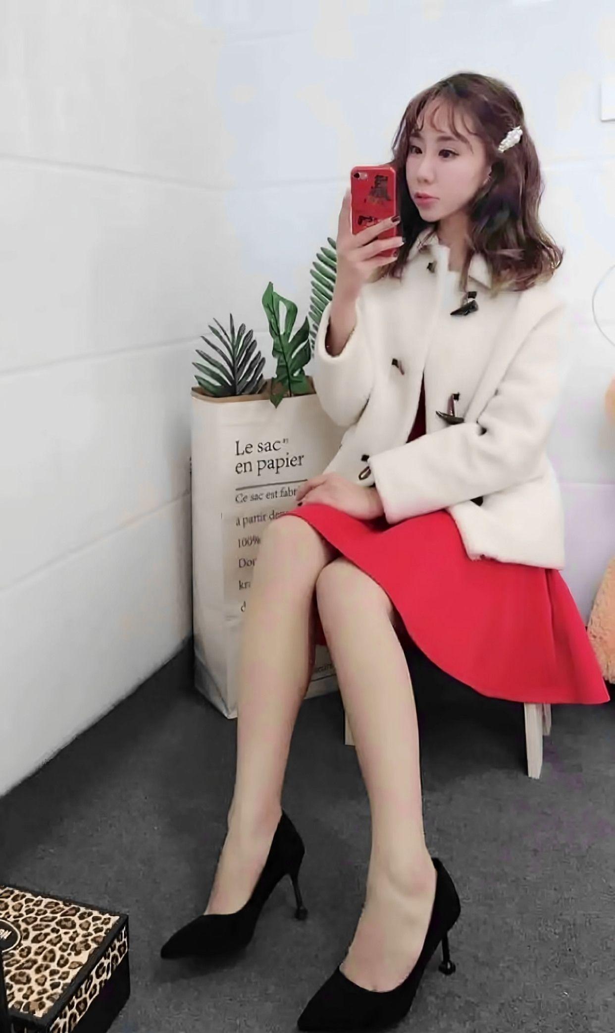 小姐姐自拍白色大衣搭配红色连衣裙,甜美又可爱,冬季里的温暖