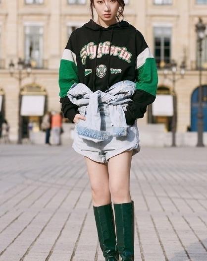 """孟美岐巴黎街拍时刻,化身帅气""""绿蛇少女"""",大长腿引人注目!"""