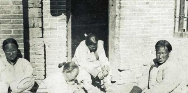 照片:日军屠杀杭州市民,富人家的小脚姑娘集体合照