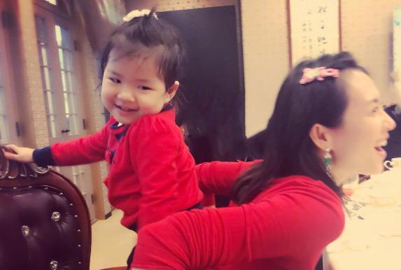 章子怡发文晒女儿骑车视频,网友眼尖发现安全隐患
