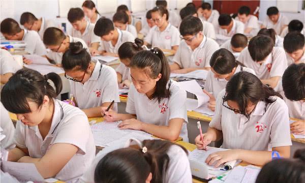 中国的高考有多难?哈佛学霸挑战高考卷,看到数学卷直接崩溃