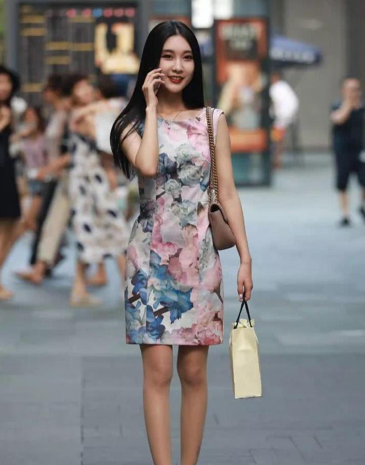 街拍:连衣裙的小姐姐,搭配肉色丝袜,气质高雅,秀出完美身材