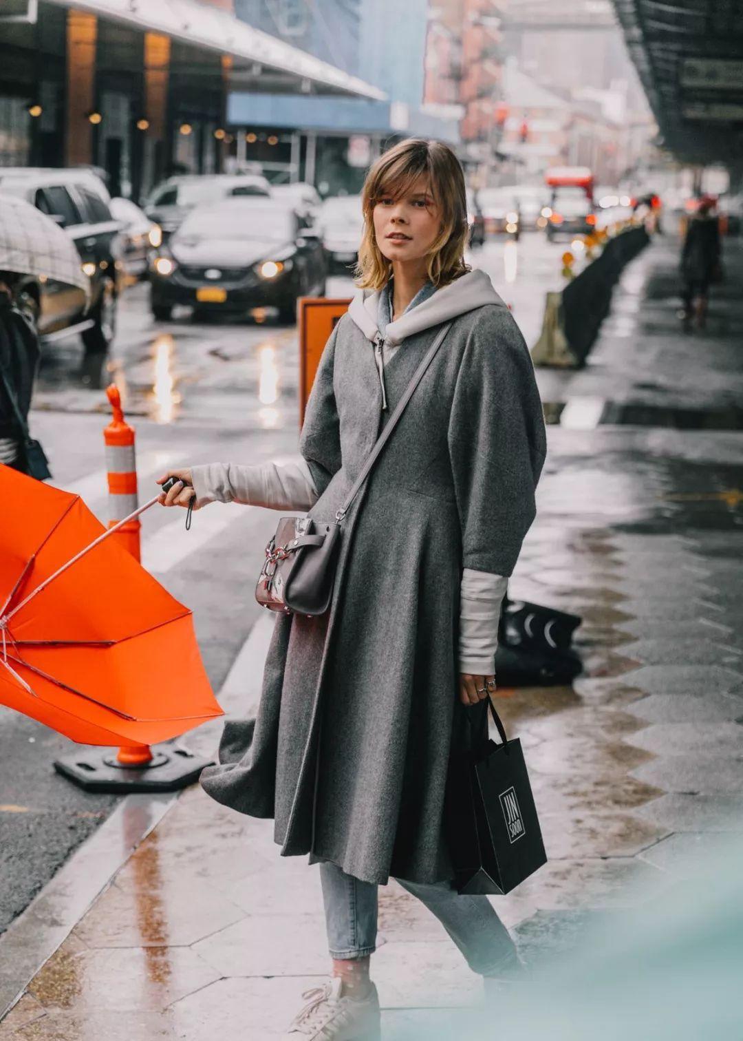 街拍:一件棕色风衣穿搭潮流范儿十足,大气时尚中带着高雅的气质