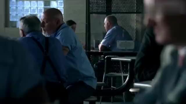 菲力把约翰的儿女带来监狱,逼迫他更快地问出证人的下落