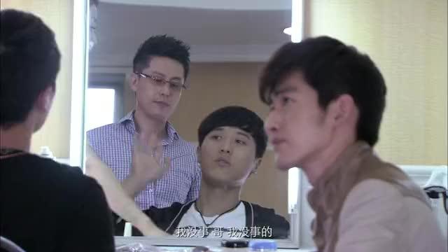 等待绽放:苏显赫在化妆,刘亦名在旁边叽里呱啦地说剧本