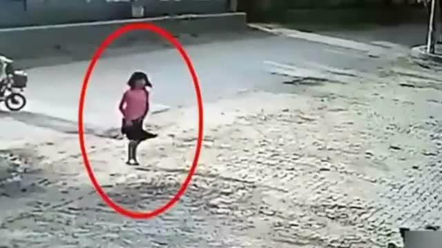 小女孩冲着路边的狗狗走了过去,监控拍下揪心的一幕