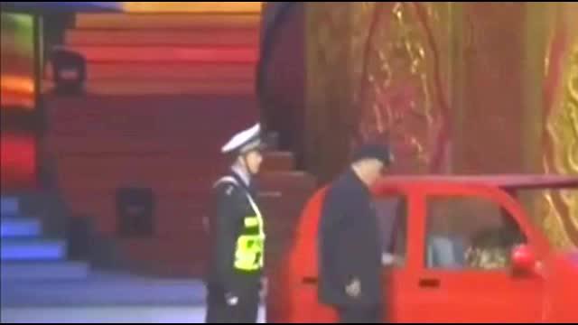 赵本山开车路遇警察查酒驾这表演绝了警察都佩服他的机智