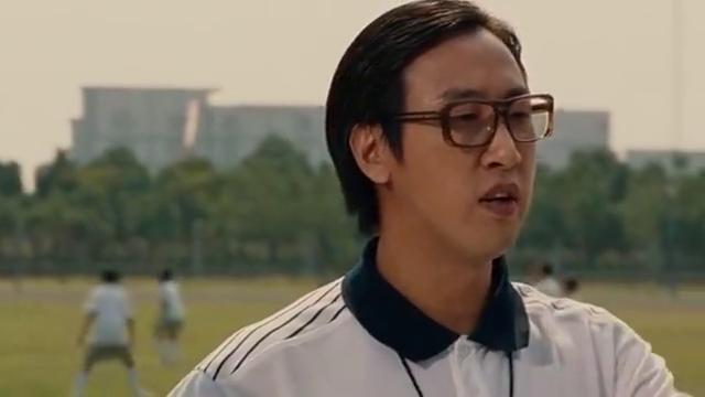 体育老师吹牛皮,自己跳高的记录无人能破,刚说完小狄就跳了过去