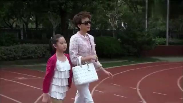富婆开豪车送女儿上学,一身优越感看不起人,没想个个家长比她牛