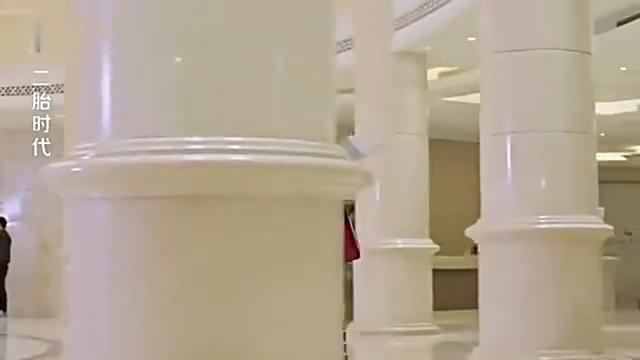 丈夫说在集团开会,妻子却在酒店大堂发现了他