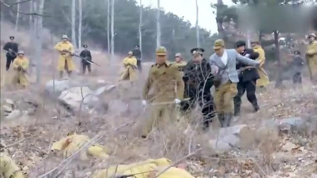 日本兵被酒坛砸死,叛徒猜到是自己人干的,还要去抓人!