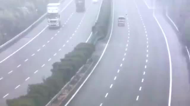 大货车高速上突然失控连环撞击惨烈