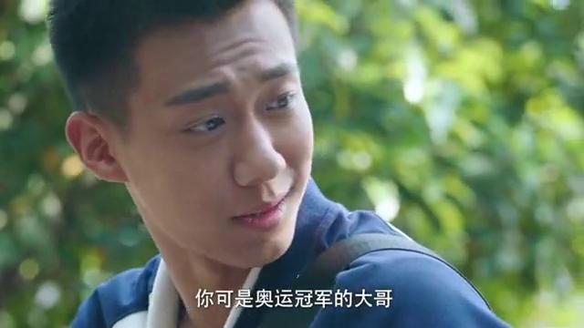 吴柏松游泳拿了第二名,大哥陈小希给他鼓励,给吃了兴奋剂似的