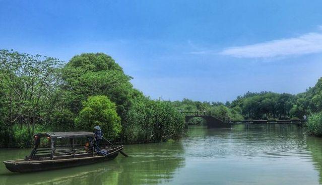芦苇迷宫在红石民俗文化村南侧,有水上和路上迷宫之分,值得一去