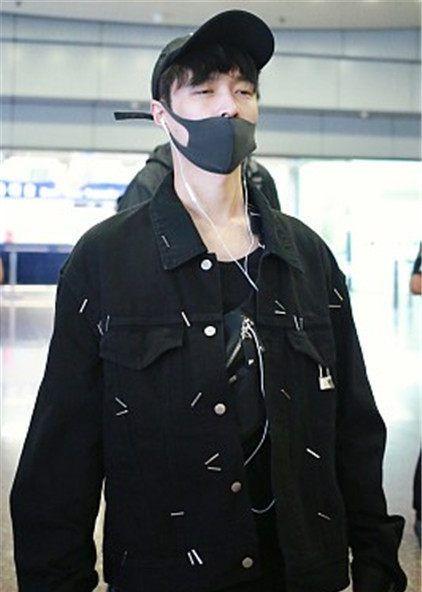 """张艺兴一袭黑衣亮相机场,""""边走边睡""""睡技术高,想当可爱"""