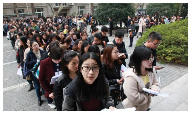 高考人数增加,本科一批线下降,二批线呈上涨趋势,吓坏一片考生