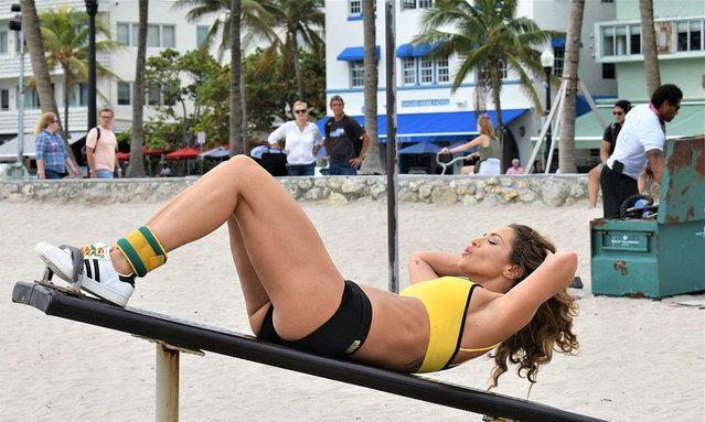 珍妮弗·李身着黄色运动上衣配黑色短裤现身海滩锻炼,秒变女汉子