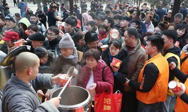 少林寺释永信腊八节施粥,上万份五行腊八粥一抢而光,你喝了吗?