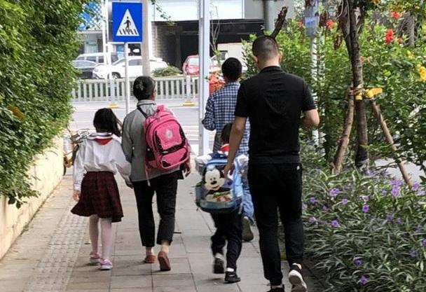 孩子送去幼儿园之后,却在街上被人捡到,调了监控,宝爸气得不行