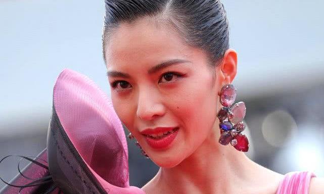女演员现身威尼斯电影节,穿粉色纱裙走红毯,美艳优雅