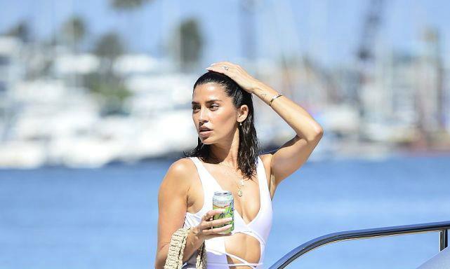 妮可·威廉姆斯穿连体泳衣海滨度假,玩自拍侧脸凹造型大秀好身材