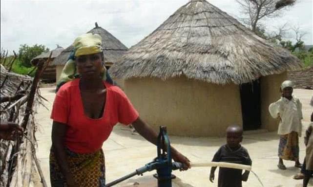 """尼日利亚""""巫童""""丢弃无人管,后来被美女收养,如今模样大变"""