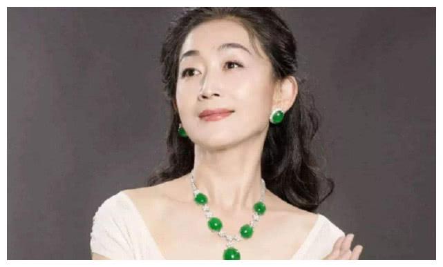 比杨丽萍还拼,每天只吃一个水果,如今55岁比赵丽颖还瘦