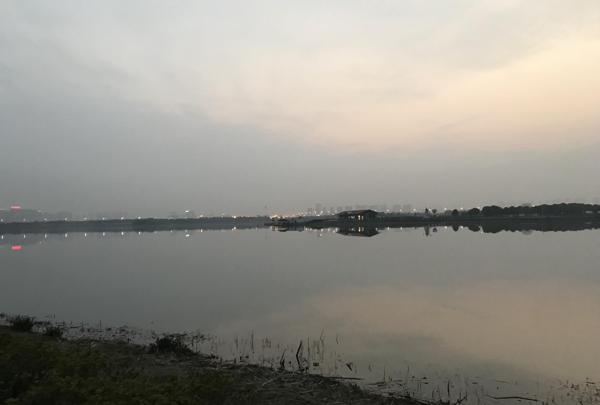 苏州虎丘湿地公园,黑夜给这平静美丽的湖面增添了些朦胧感