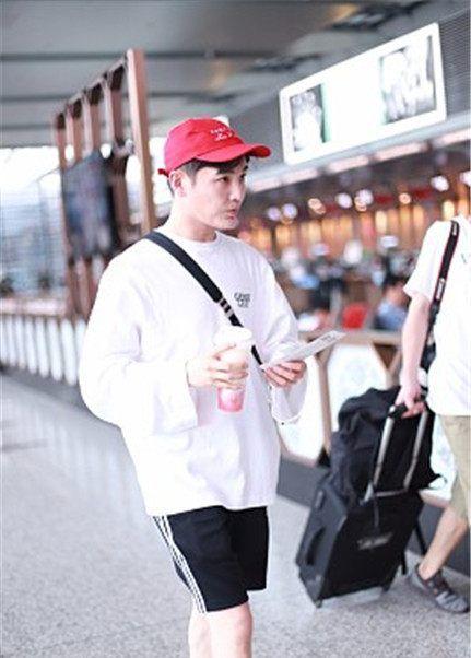 孙坚戴小红帽运动style现身机场,边走边喝奶茶不惧高卡路里