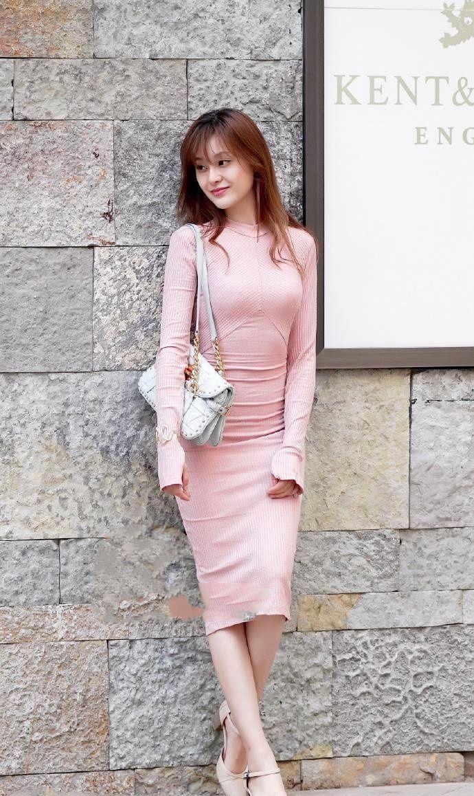 街拍:对穿着粉色连衣裙的美丽俏佳人,一点抵抗力也没有