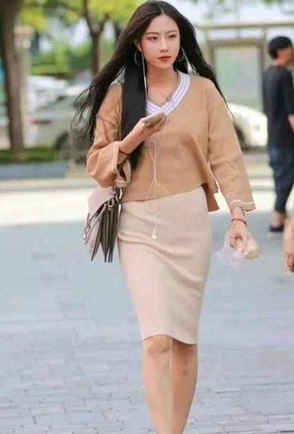 街拍:倾城倾国的美女,一件休闲上衣配半身裙,时尚气质十足