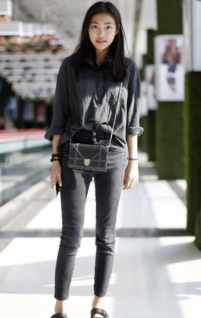 街拍:简单随意的穿搭更突出小姐姐的时尚大气,网友:美到犯规