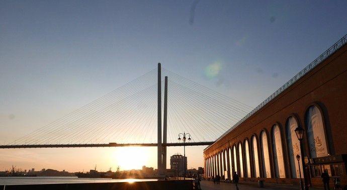 金角湾大桥被称为世界第五大桥,大桥将海湾两岸相连,夜景更美