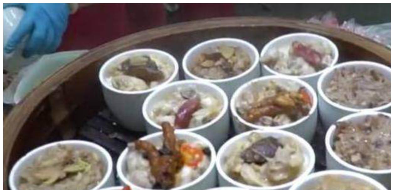 大娘给流浪汉饭吃,众人让她去卖盒饭,结果每天卖500份都不够