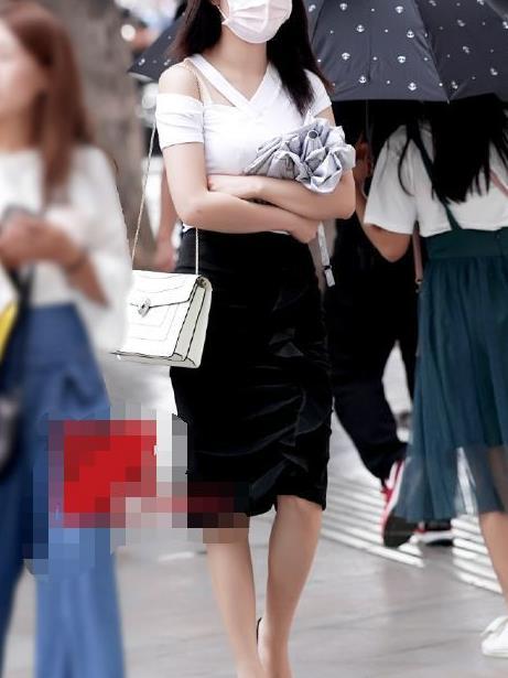 路人街拍:神秘口罩女现身街头,穿着丝绒包裙