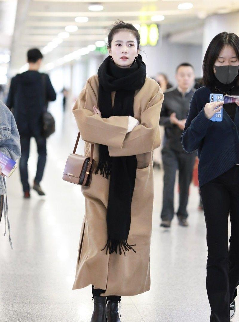 女演员白鹿现身机场,穿驼色大衣配搭短靴,戴黑色围巾温柔优雅