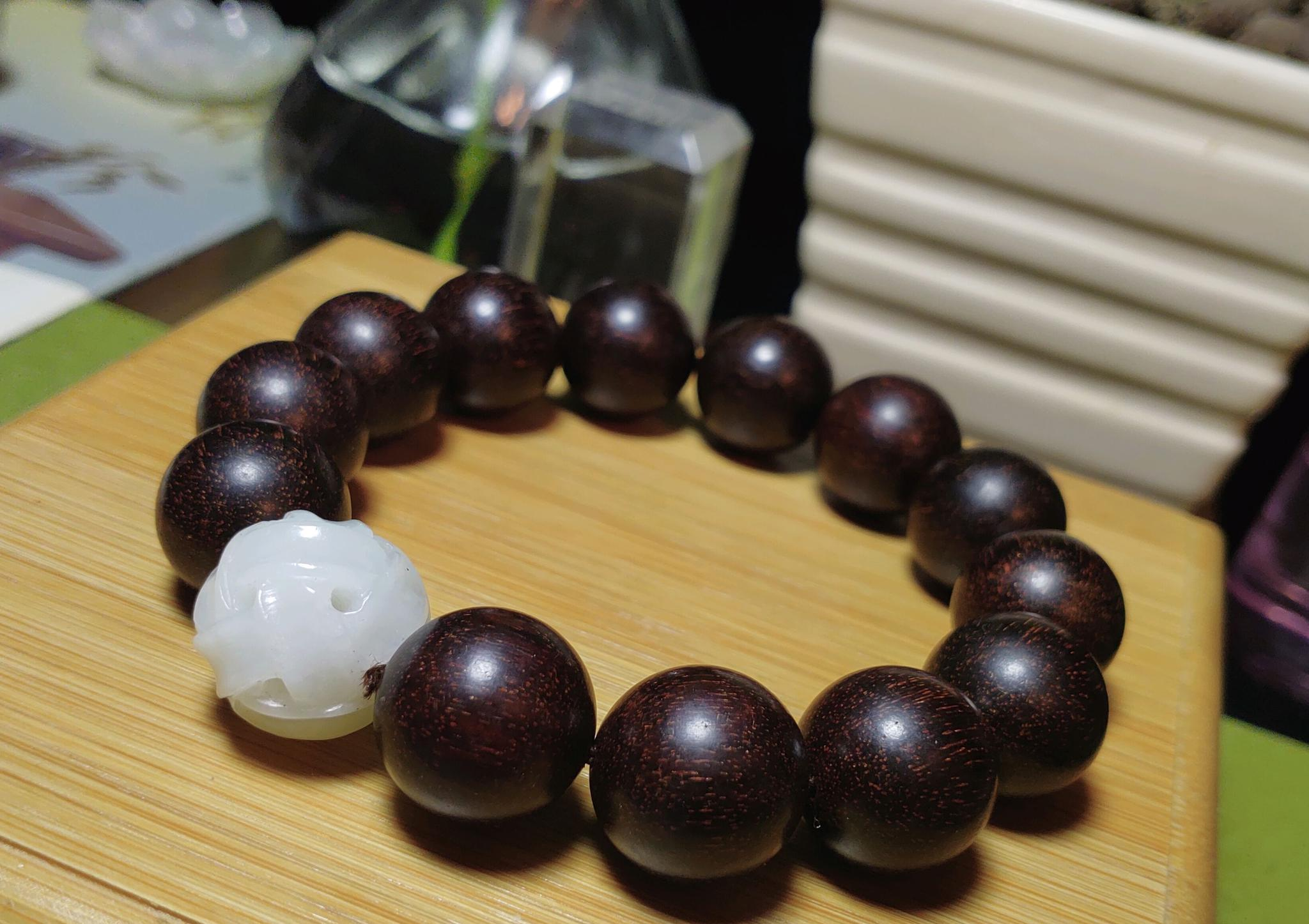 1.6小叶紫檀手串,配1.7和田玉路路通绳纹珠