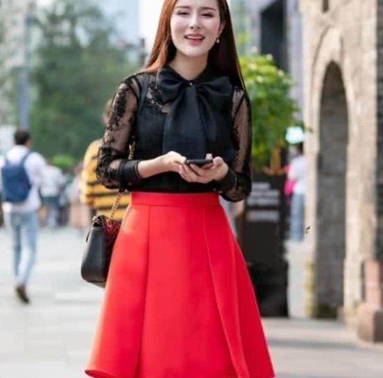 街拍:笑容甜美的漂亮姐姐,小裙裙搭配简单外套,轻松穿出时尚范