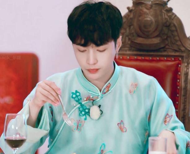 """张艺兴""""六月蓝""""造型好惊艳,但比起身穿纯色长衫的他,还差一点"""