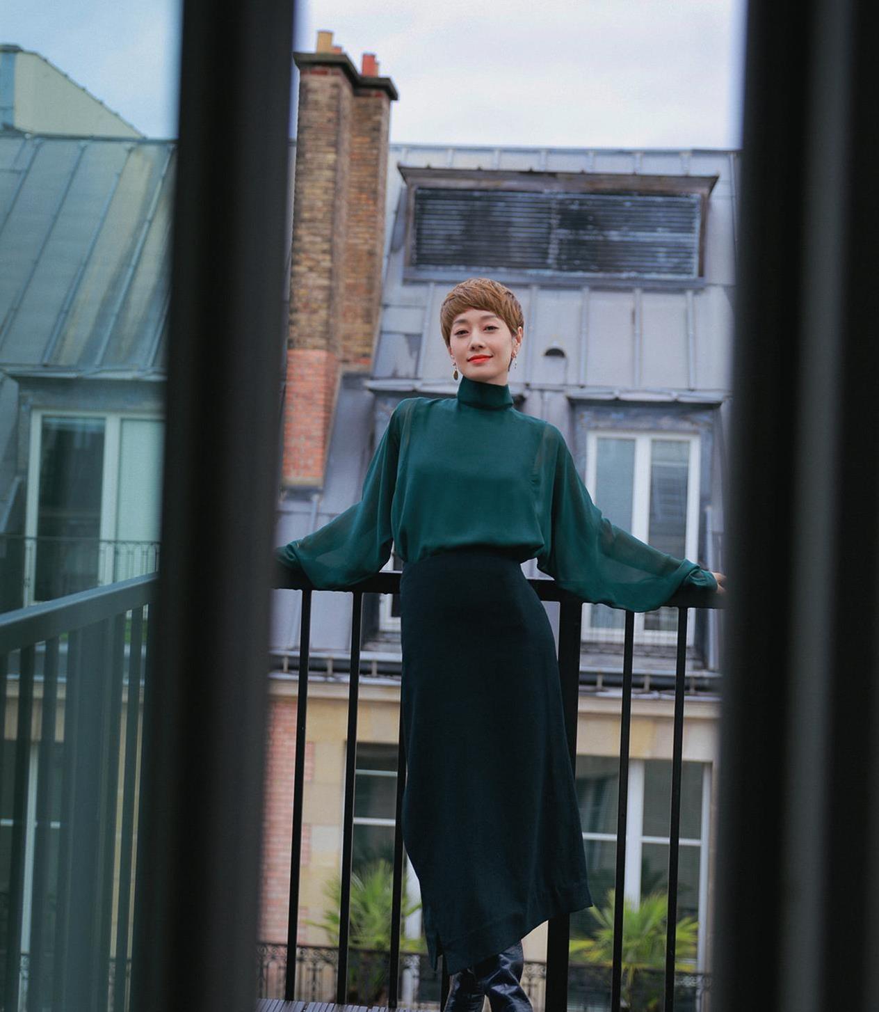 马伊琍最新巴黎街拍,毛衣半裙显初秋温柔范,金色风衣43岁气质佳