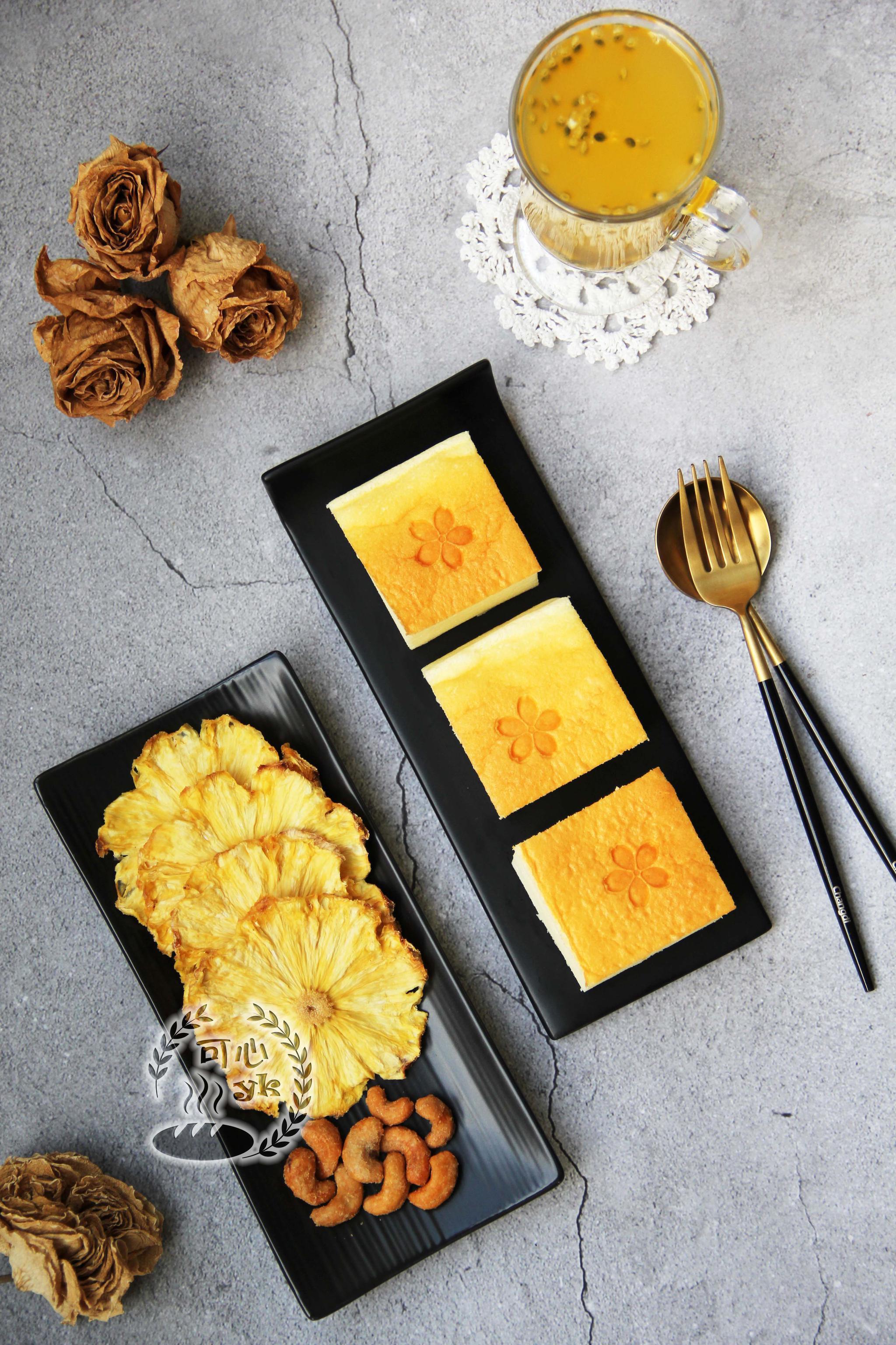[调皮]今天的早餐:酸奶蛋糕、菠萝干、腰果、百香果蜂蜜饮。