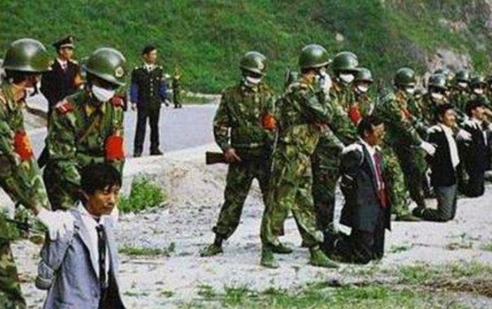历史老照片:90年代集体处决罪犯,身穿和服艺妓为日本水兵服务!