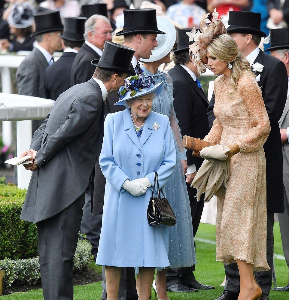 英国年度皇家马会活动上,女王的这两位女性孙辈成员互动很热络
