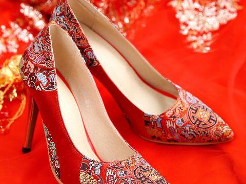 心理测试:你第一眼最喜欢哪双婚鞋,看你最佳结婚年龄是多少岁!