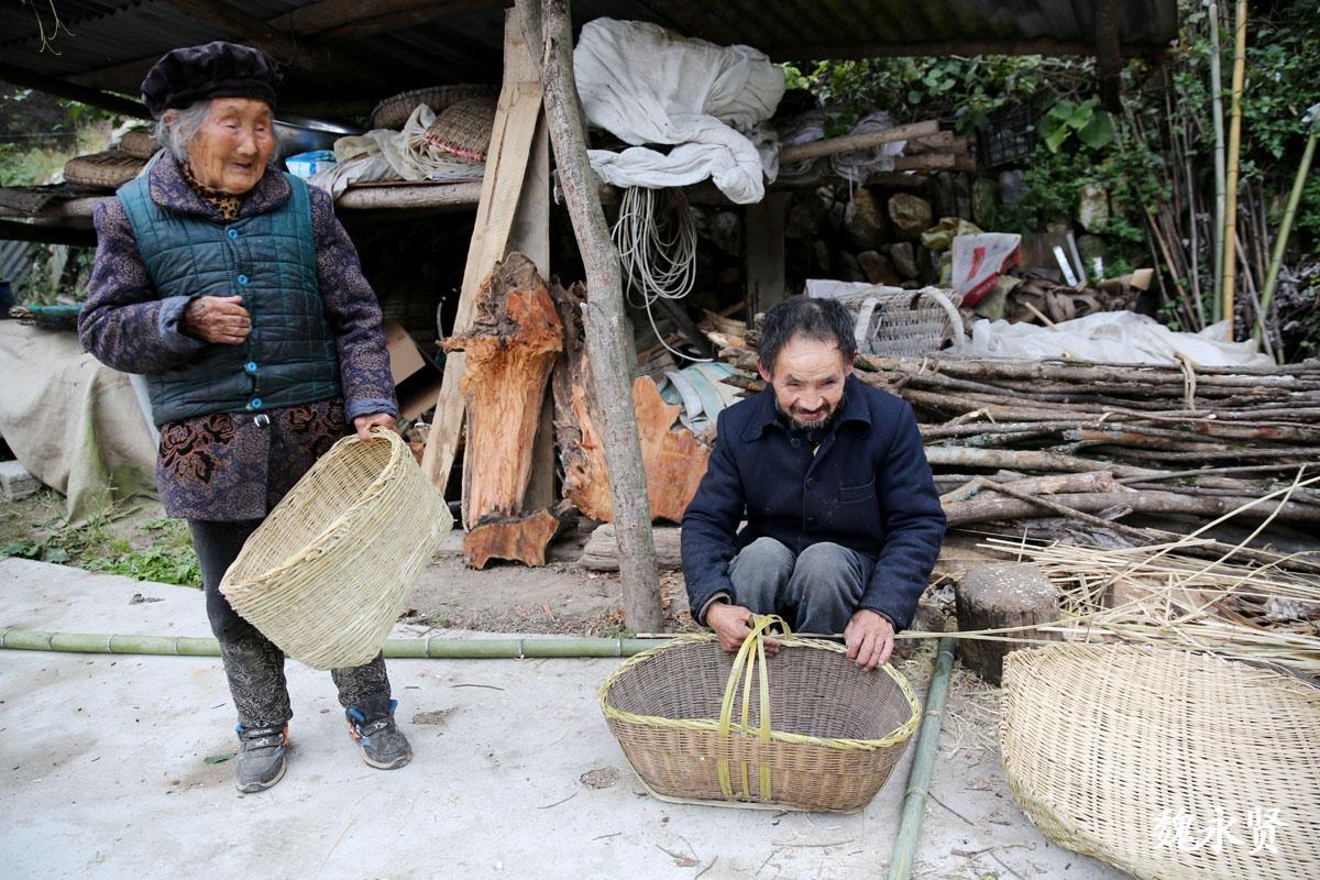 秦岭深山98岁老妈和70岁智障儿子,她说我不能走我要给傻儿做饭呢