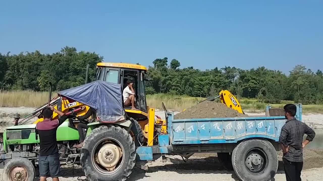 挖掘机挖碎石装载拖拉机和卡车这效率真快