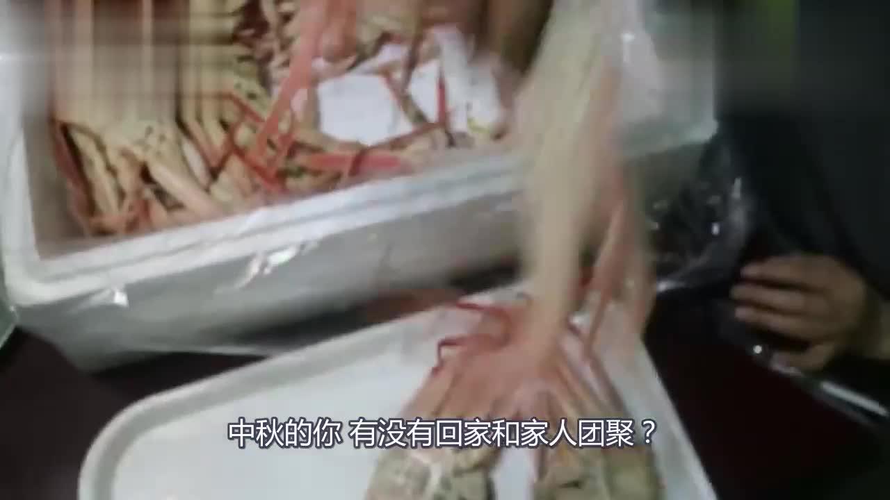 韩国农村一家三口过中秋吃螃蟹妈妈亲手剥壳喂胖儿子太幸福了