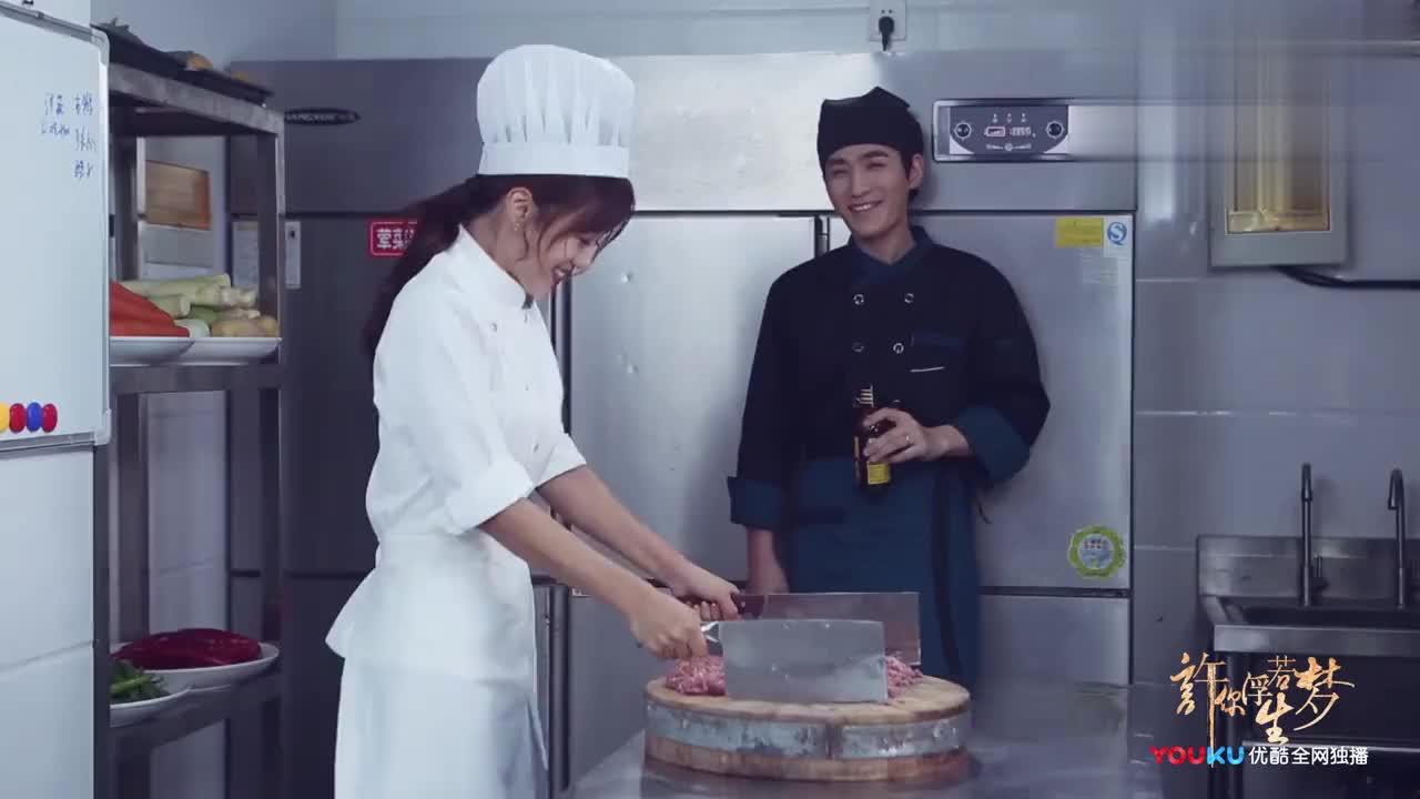 《许你》片场花絮朱一龙安悦溪在厨房上演面粉大战太搞笑了