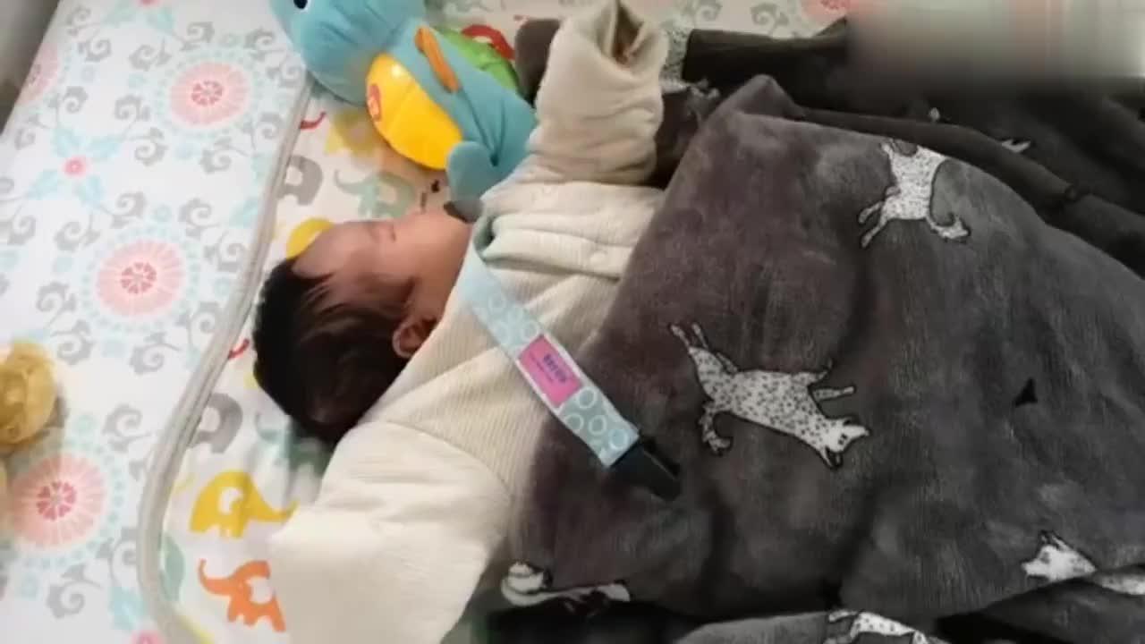 可爱宝宝连续打嗝把自己都给吓到了,宝宝真是心里苦啊